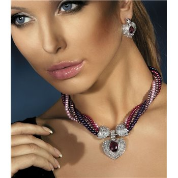 Pearl necklace with rhinestones